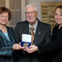 Remise de la médaille de l'assemblé nationale à Édouard Doucet - 2009